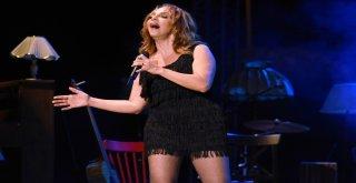 Konseri Biten Sertap Erener Şarkı Söylemeye Devam Etti