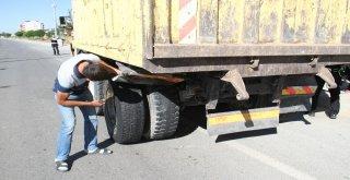 Otomobil Kamyona Çarptı: 2 Yaralı