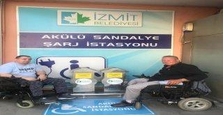 İzmit Belediyesinden Engelli Vatandaşlar İçin Şarj İstasyonu