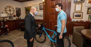 İzmir'i gururlandıran öğrencilerden Başkan Soyer'e ziyaret