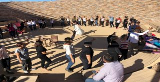 Göbeklitepede Turist Kafilesinden Kundalini Yoga