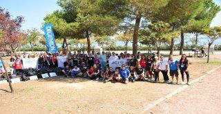 İzmiri Temizleyen Ekibe Sevimli Köpekten Yardım
