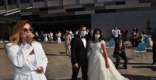 Sağlık çalışanı çiftin düğününde sahne aldı