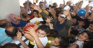Yoksul Çocuklara Top, Mısır, Pamuk Şeker Ve Kırtasiye Dağıtımında İzdiham