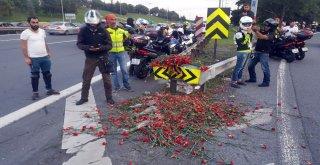 Bin Motosikletli Yusuf Durupun Hayatını Kaybettiği Sapağa Karanfil Bıraktı