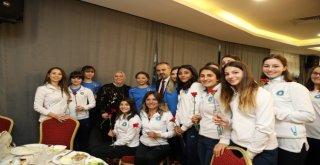 Başkan Aktaştan Kadınlara Karanfil