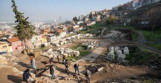 Başkan Soyer Smyrna Antik Tiyatrosu'ndaki kazı çalışmalarını inceledi