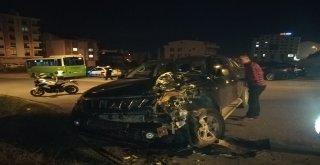 Halk Otobüsü İle Kamyonet Kafa Kafaya Çarpıştı: 2 Yaralı