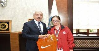 Başkan Gülde Şampiyon Sporcuya Ödül