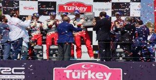 Şampiyonlar Kupalarını Cumhurbaşkanı Erdoğanın Elinden Aldı