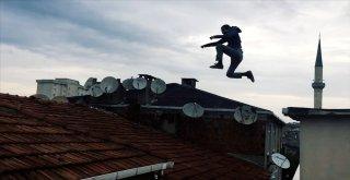 (Özel) İstanbulda Çılgın Gençler Takla Atarak Çatıdan Atladı