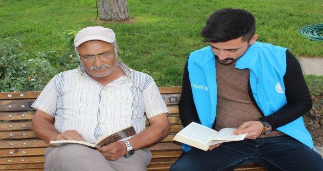 Erzincanda Gençler Parkta Vatandaşlarla Kitap Okudu
