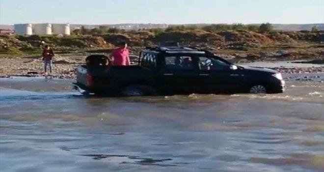 Balık Avlayan Grubun Kamyoneti Yükselen Suda Mahsur Kaldı