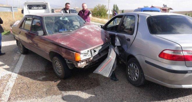 Aksarayda İki Otomobil Çarpıştı: 3Ü Çocuk 9 Yaralı