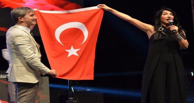 Hande Yener Ve Ece Seçkinden Muhteşem Performans