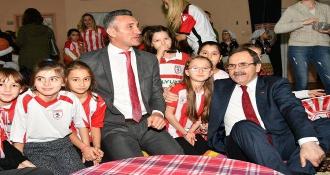 Başkan Zihni Şahine Minik Öğrencilerden Sevgi Seli.