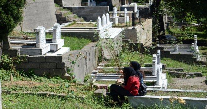 Arife Günü Mezarlıklara Akın Ettiler
