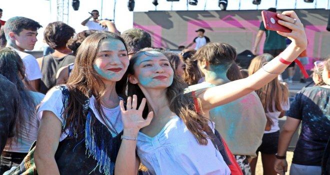 Antalyada Gençler Okul Öncesi Boya Savaşında Stres Attı