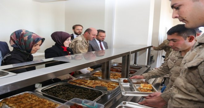Meramlı Annelerden Licedeki Askerlere Ev Yemeği