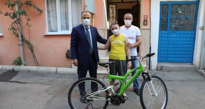 Başkan Aktaş'tan lösemi hastası Murat'a bisiklet